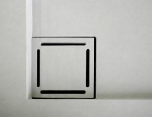Dettaglio griglia quadrata cm 10x10 copriscarico in Kerlite Tornabuoni