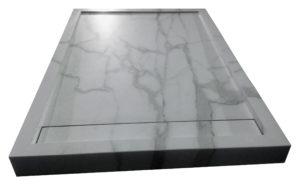 Piatto doccia cm 120x100 in Kerlite Calacatta con griglia copriscarico rettangolare