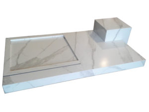 Piatto doccia con seduta realizzati in Panaria Calacatta e inserimento guida vetro nel piatto doccia