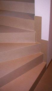 Scala realizzata con gradini ad elemento a L in Wedi e kerlite Montenapoleone
