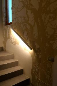 Scala realizzata con gradini elemento a L in wedi e Graniti Fiandre HQ Resin Cinder ed inserimento profilo alluminio