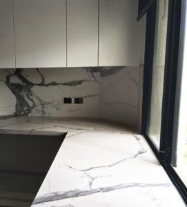 Top cucina e schienale in Florim Calacatta